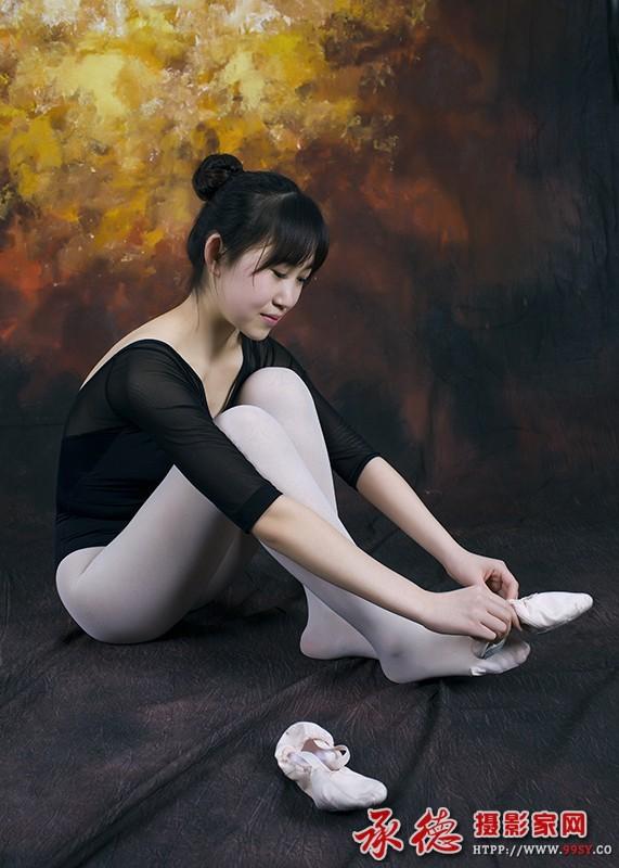 二等奖:穿舞鞋的少女 游走天涯