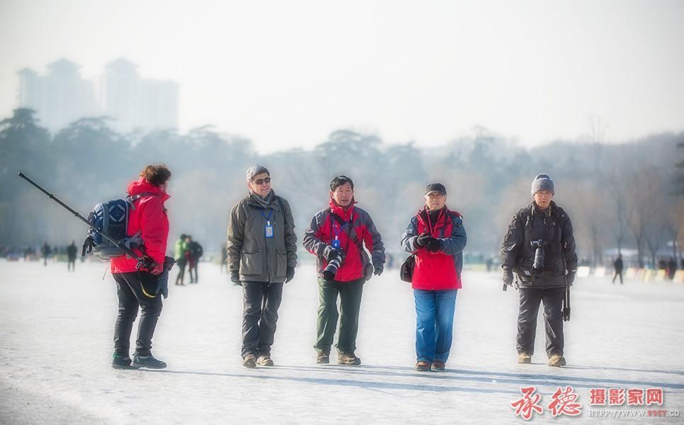 31.湖冰上走来摄影人-凡光俗影