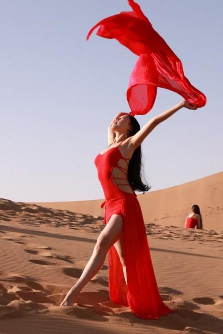 61号 《一展风采》:沙漠中少女展示自己美丽的风采。.jpg