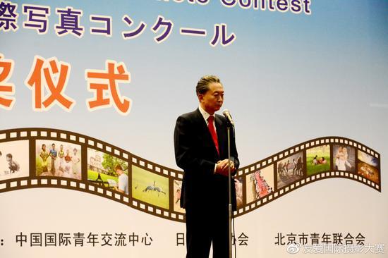 颁奖仪式现场,日本前首相鸠山由纪夫先生致辞