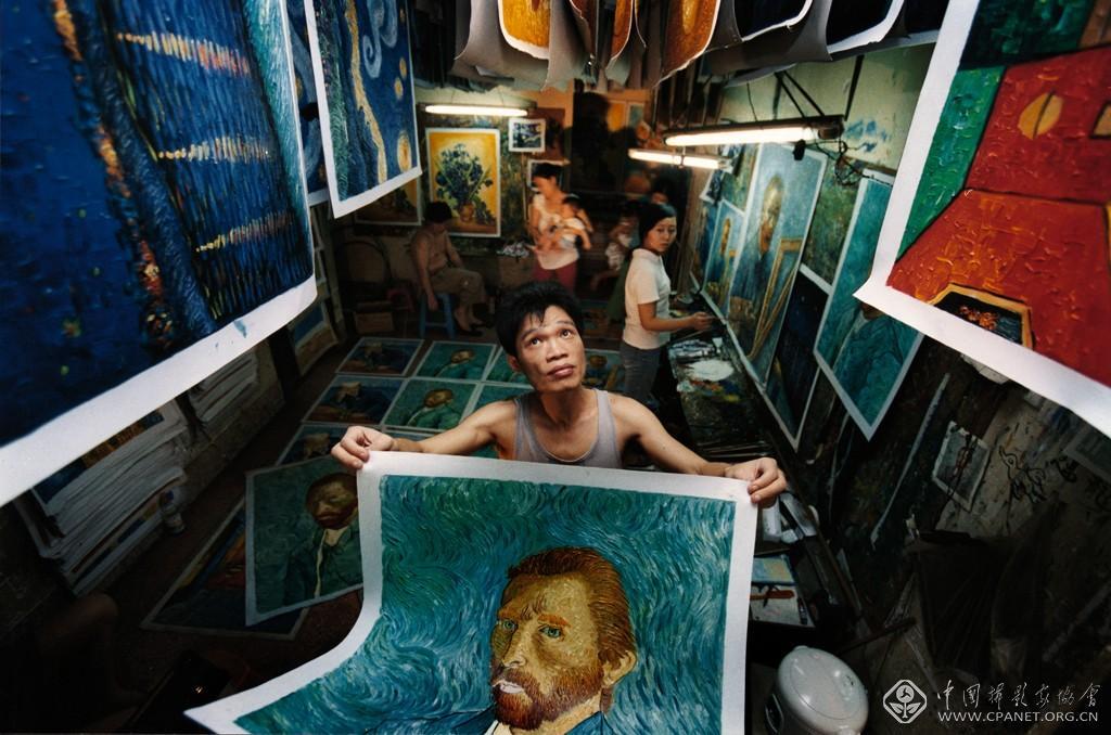 余海波-《中国大芬油画村》2005年。万名画工临摹世界经典名画,获取新生活。大芬油画村诞生于1989年,依靠油画产业创造了年产值600亿元人民币的奇迹。余海波.jpg .jpg