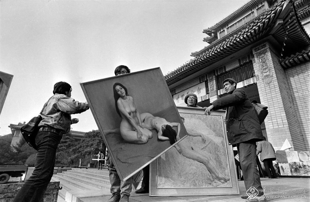 贾国荣-1988年初冬的北京,中国首次人体艺术油画大展在美术馆举办,轰动社会各界。(贾国荣 摄影).jpg