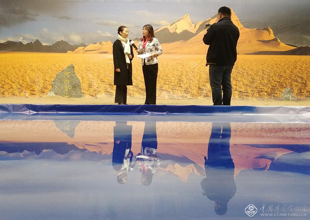 《中国摄影》杂志社主编徐艳娟向央视记者详细介绍此次展览以及策划思路.jpg