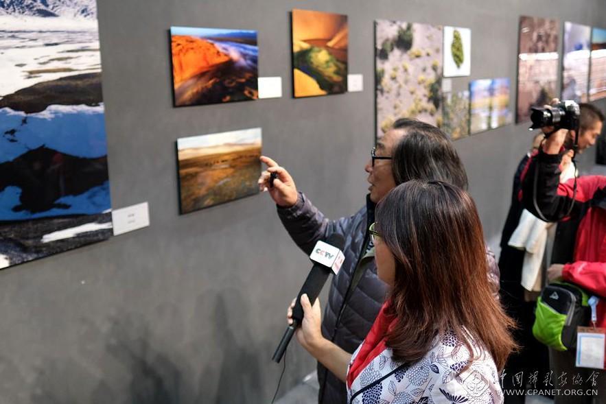 参展摄影师李学亮为记者以及观看在线直播的网友进行导览.jpg