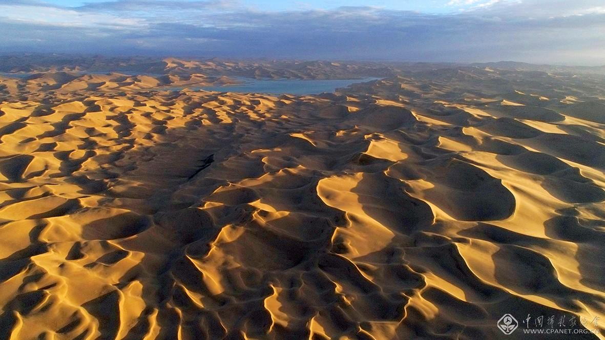 鸟瞰阿尔金高原库木库里沙漠  摄影:杨松涛DJI_0318-120乘以67.5厘米.jpg