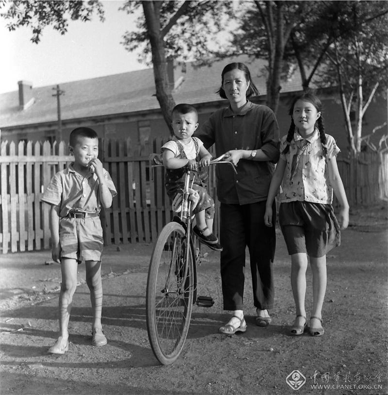 1965年,我的三个孩子在沈阳铁西区南十马路住处院中。张甸 摄.jpg