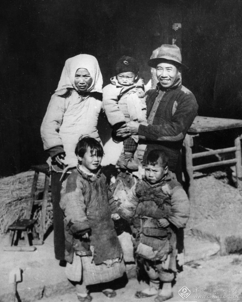 1950年摄于浙江嘉兴,叶根土家的第1张全家福。叶根土(后右1),后左一为叶根土的妻子高阿二,前左为女儿叶桂凤,前右为大儿子叶兴富,怀抱着为二儿子叶兴友。徐永辉 摄.jpg
