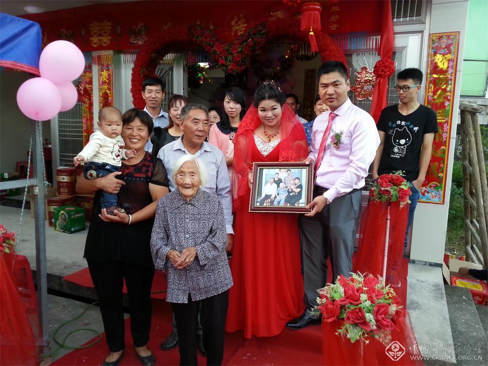 2014年10月1日,叶家四代同堂的全家福。徐永辉 摄.jpg