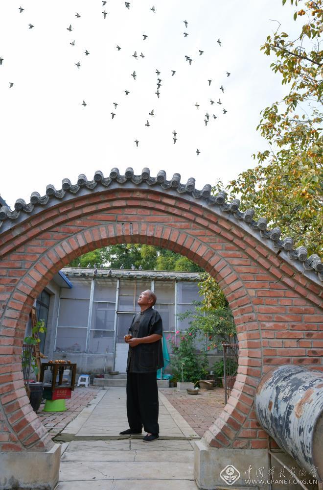 何永江,1949年出生,是北京鸽哨永字门第四代传人,北京市级非遗项目北京鸽哨制作技艺代表性传承人。郝远征 摄.jpg
