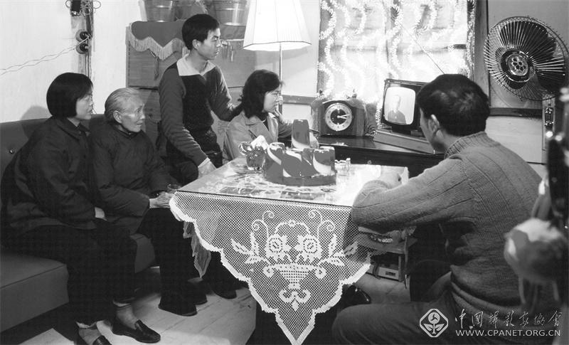 1981年,上海一家人晚饭后聚在黑白电视机前观看电视剧。陆杰 摄.jpg