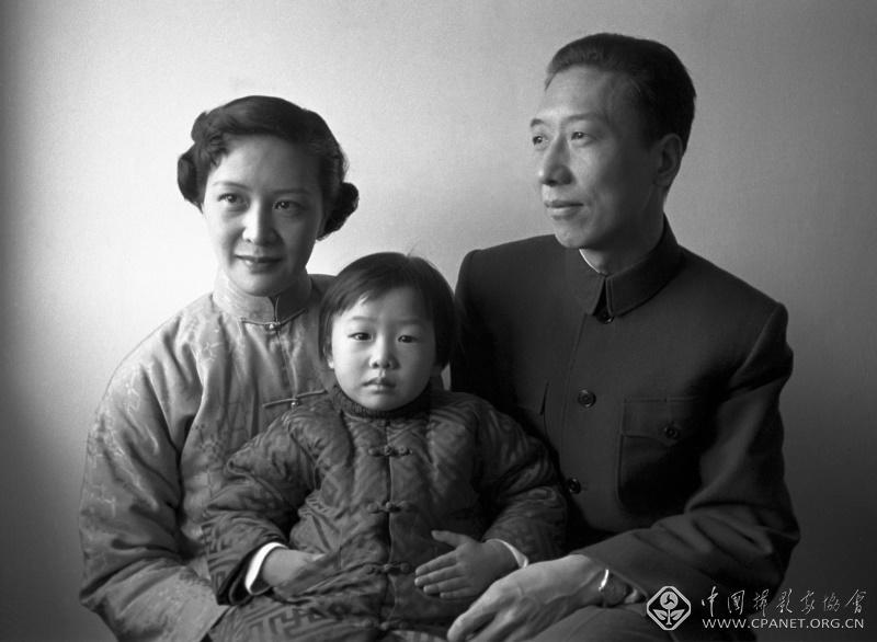 1956年,建筑学家冯纪忠家庭照(摄于上海)。冯纪忠是中国知名建筑学家、中国现代建筑奠基人,他与金石声(金经昌)长期合作并一起创建了中国第一个城市规划专业,他还曾任同济大学建筑与城市规划学院名誉院长。其夫人席素华是名画家,曾在洛杉矶举办个人画展。金石声 摄.jpg