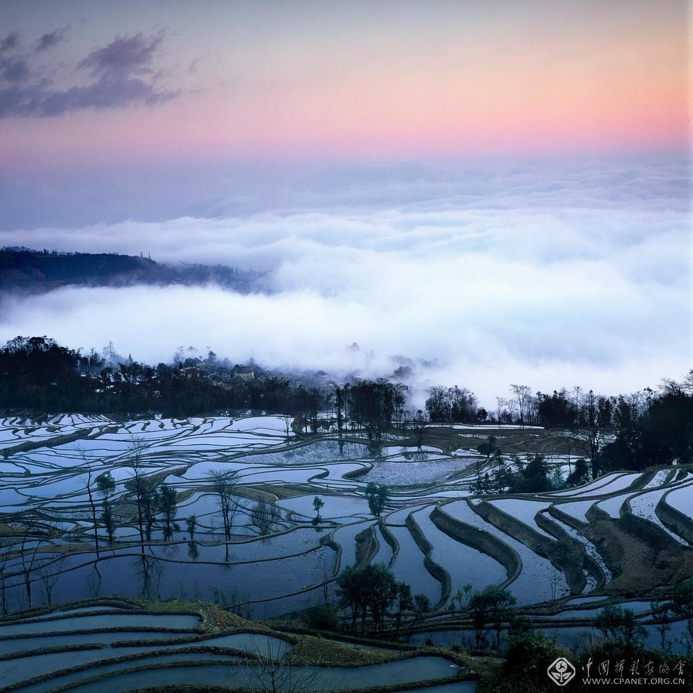 雾锁蘑菇房,箐口,1997 年 李建惠 摄.jpg